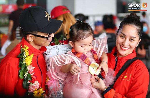 Sau khoảnh khắc hạnh phúc ôm lấy nhau khóc nức nở tại Philippines, vợ chồng Phan Hiển - Khánh Thi đã trở về Việt Nam, ân cần yêu thương cô con gái xinh xắn - Ảnh 2.