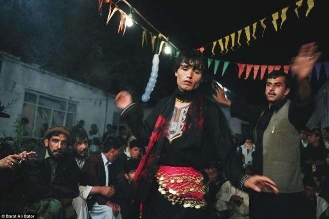Vấn nạn Bacha bazi - những trai nhảy tuổi vị thành niên bị lạm dụng tình dục một cách có hệ thống - Ảnh 2.