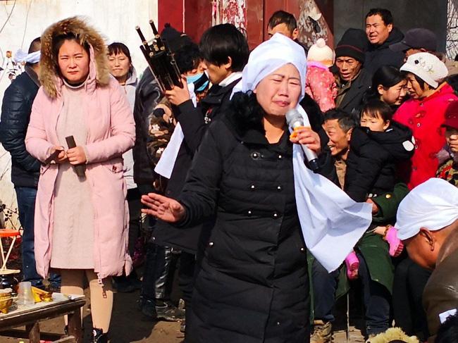Hành nghề khóc thuê ở các đám tang, người phụ nữ kiếm được hàng trăm triệu mỗi năm nuôi 2 con ăn học thành tài nhưng gây tranh cãi - Ảnh 1.