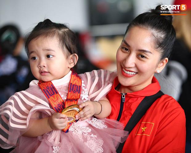 Sau khoảnh khắc hạnh phúc ôm lấy nhau khóc nức nở tại Philippines, vợ chồng Phan Hiển - Khánh Thi đã trở về Việt Nam, ân cần yêu thương cô con gái xinh xắn - Ảnh 3.