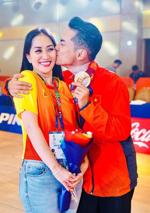 Sau khoảnh khắc hạnh phúc ôm lấy nhau khóc nức nở tại Philippines, vợ chồng Phan Hiển - Khánh Thi đã trở về Việt Nam, ân cần yêu thương cô con gái xinh xắn - Ảnh 8.