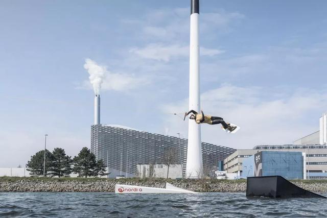 Nhà máy đốt rác ở Đan Mạch xịn tới mức cho dân địa phương trèo lên nóc để trượt tuyết, leo núi, vui chơi - Ảnh 9.