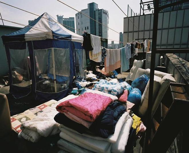 Bộ ảnh lột tả sự thật trần trụi về một tầng lớp người Hàn Quốc sống trong những căn nhà hộp chật chội, tù túng đến nghẹt thở - Ảnh 9.