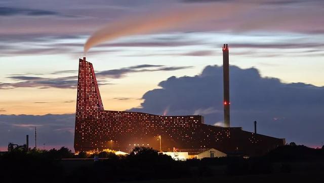 Nhà máy đốt rác ở Đan Mạch xịn tới mức cho dân địa phương trèo lên nóc để trượt tuyết, leo núi, vui chơi - Ảnh 10.