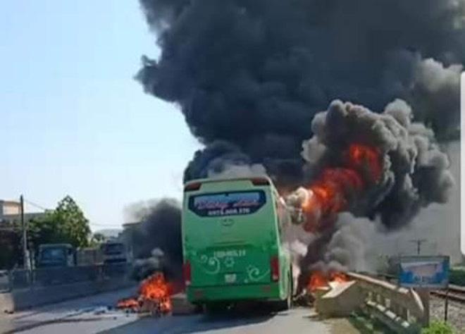 Xe giường nằm cháy dữ dội khi đang chạy, Quốc lộ 1A ách tắc nhiều giờ - Ảnh 1.