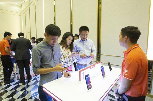 Cú sập của Huawei, smartphone giá rẻ 3 triệu được thời bùng nổ - Ảnh 2.