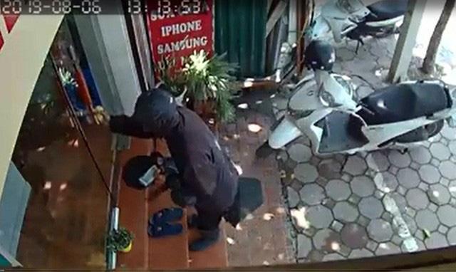 Chủ cửa hàng điện thoại sợ hãi kể lại giây phút đối mặt với kẻ ăn xin mặt đen quái dị - Ảnh 2.