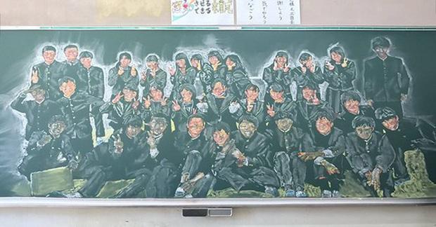 Thầy giáo gây sốt khi thức 8 tiếng vẽ tỷ mẫn chân dung từng học trò lên bảng, kèm lời nhắn: Hãy sống cuộc đời mà em mong muốn - Ảnh 1.