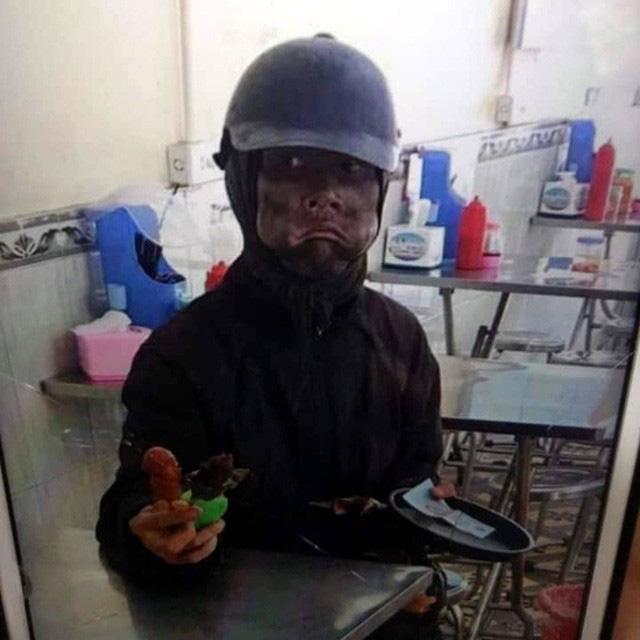 Chủ cửa hàng điện thoại sợ hãi kể lại giây phút đối mặt với kẻ ăn xin mặt đen quái dị - Ảnh 5.