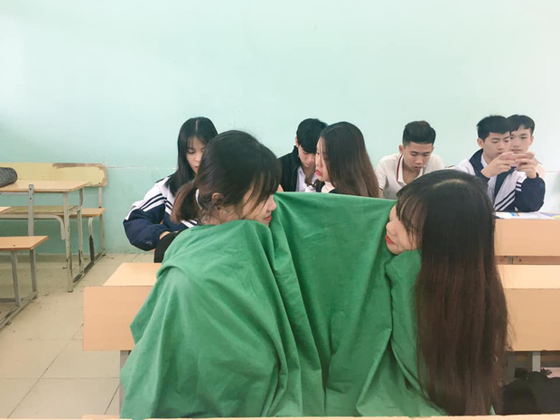 Trời trở lạnh, học sinh đã đua nhau mang chăn đến lớp, hài nhất là cảnh trùm kín cả xe ngoài đường - Ảnh 7.