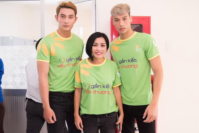 Nhã Phương, Phương Thanh và 2 trai đẹp Mister Việt Nam đi làm từ thiện - ảnh 1