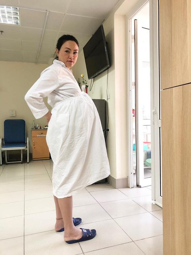 Bà bầu U50 Văn Thùy Dương ôm bụng to vượt mặt, khoe ảnh chồng chụp xấu xí trước khi lâm bồn - ảnh 2