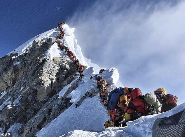 Giấc mơ bị bỏ lại giữa sợ hãi tột cùng, hỗn loạn trên đỉnh Everest kẹt cứng người - Ảnh 1.