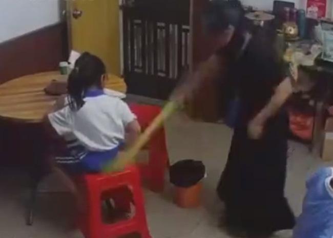 Con không làm được bài tập về nhà bị mẹ đánh ngã dúi dụi rồi giật tóc, nhưng phản ứng của bé mới khiến ai nấy xót xa - Ảnh 3.