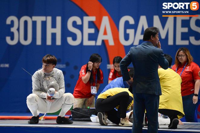 Bất chấp Thái Lan giở chiêu trò, nam thần đấu kiếm Vũ Thành An cùng đồng đội vẫn giành tấm huy chương vàng thứ 3 tại SEA Games 30 - Ảnh 6.
