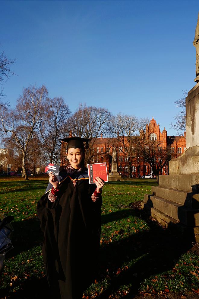 Bố mẹ Lê Âu Ngân Anh xúc động trong ngày con gái nhận bằng thạc sỹ tại Anh - ảnh 9