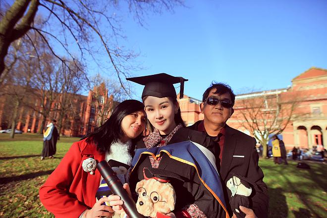 Bố mẹ Lê Âu Ngân Anh xúc động trong ngày con gái nhận bằng thạc sỹ tại Anh - ảnh 3