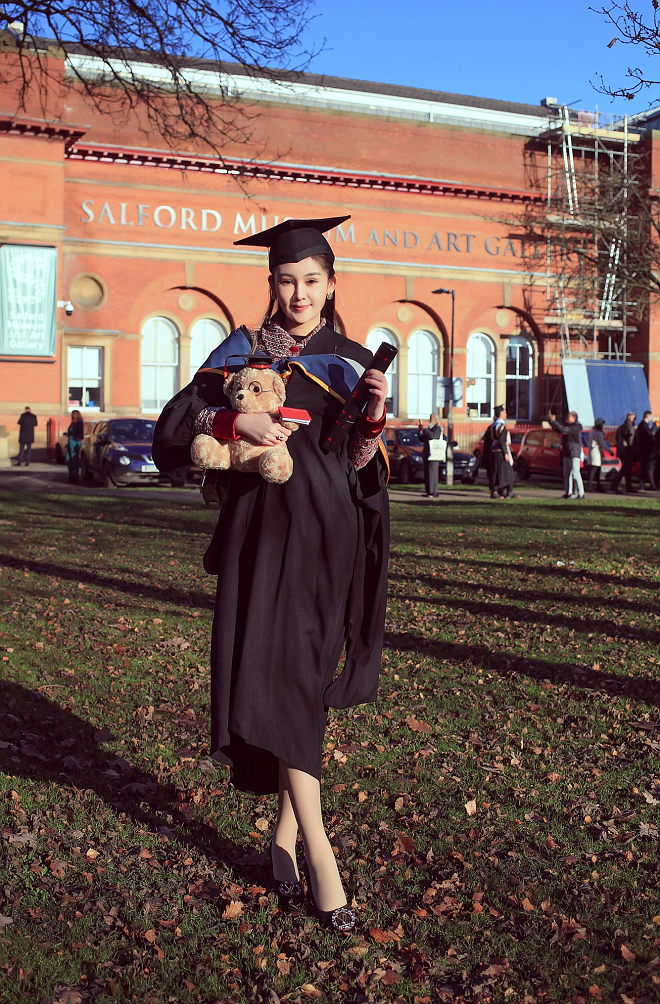 Bố mẹ Lê Âu Ngân Anh xúc động trong ngày con gái nhận bằng thạc sỹ tại Anh - ảnh 8