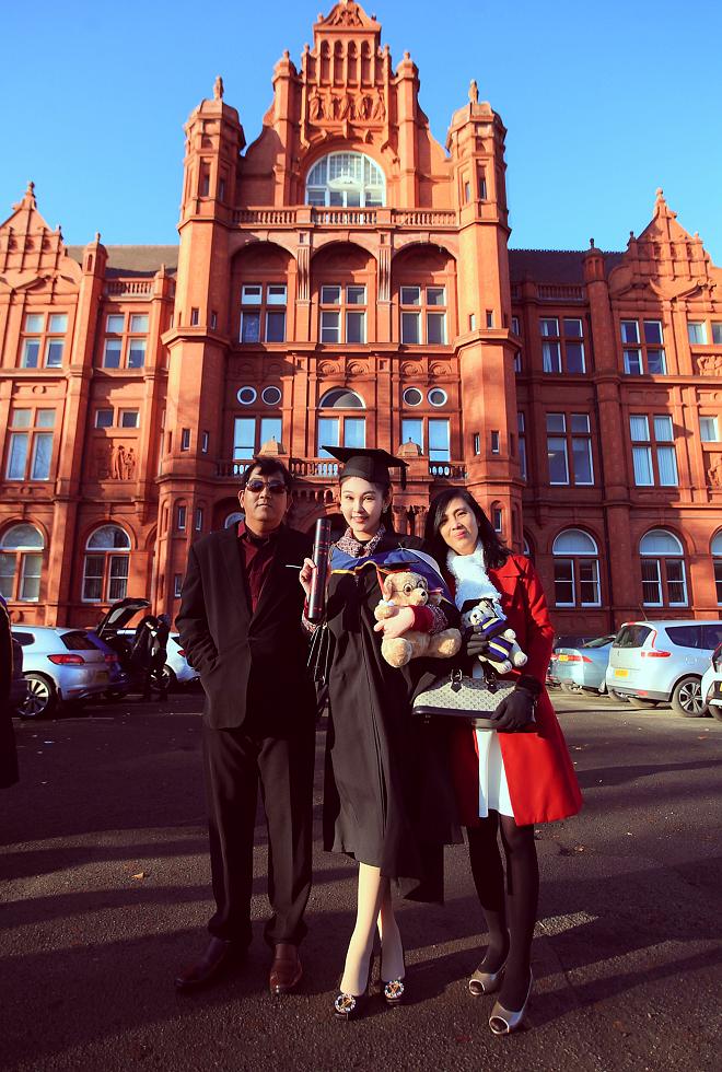Bố mẹ Lê Âu Ngân Anh xúc động trong ngày con gái nhận bằng thạc sỹ tại Anh - ảnh 4