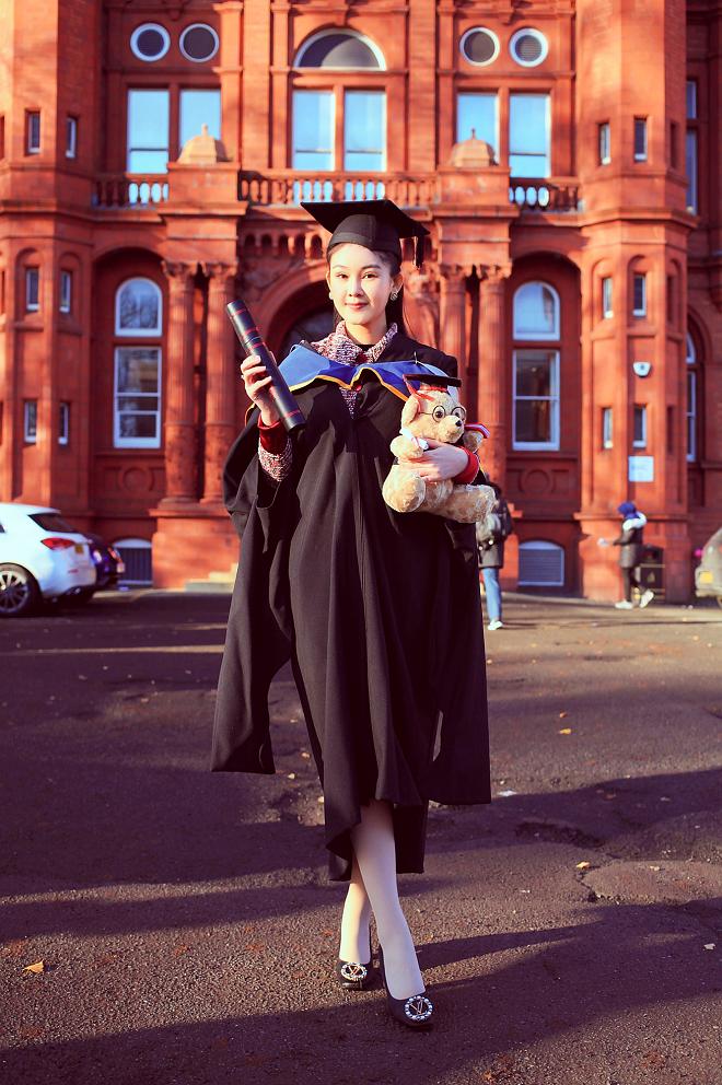 Bố mẹ Lê Âu Ngân Anh xúc động trong ngày con gái nhận bằng thạc sỹ tại Anh - ảnh 6