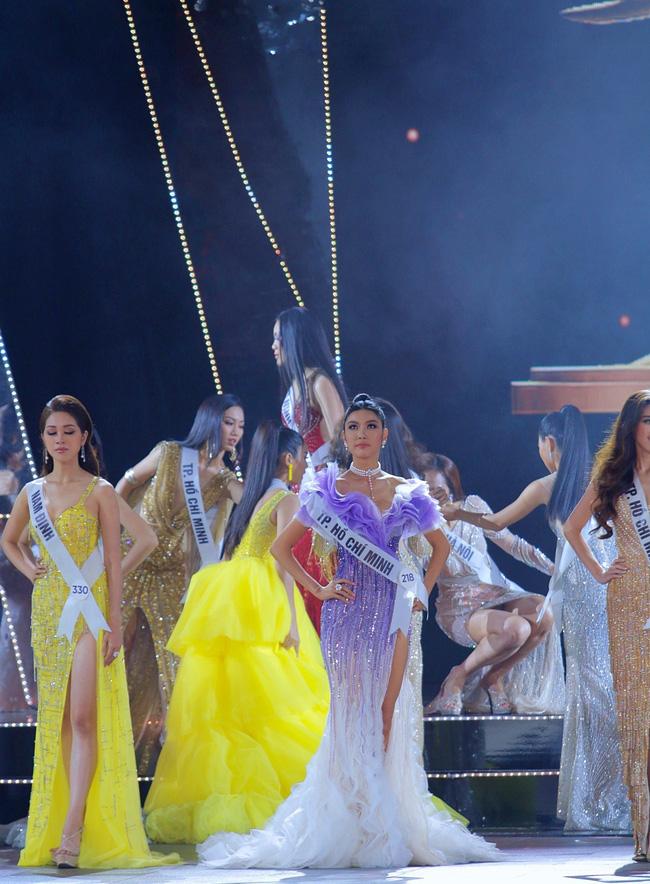 Trượt Top 3 Hoa hậu Hoàn vũ, Hương Ly bất ngờ ngã gục, ngất xỉu, không lên nhận giải - Ảnh 1.