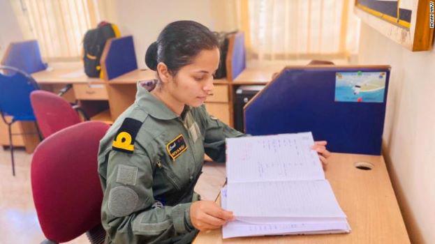 Nữ phi công đầu tiên của Hải quân Ấn Độ - Ảnh 1.