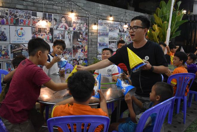 Gặp thầy giáo tiếng Anh đứng sau những bữa ăn miễn phí cho trẻ em nghèo ở Sài Gòn: Làm từ thiện cũng như làm dâu trăm họ - Ảnh 5.