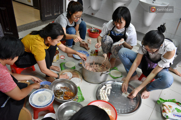 Gặp thầy giáo tiếng Anh đứng sau những bữa ăn miễn phí cho trẻ em nghèo ở Sài Gòn: Làm từ thiện cũng như làm dâu trăm họ - Ảnh 6.