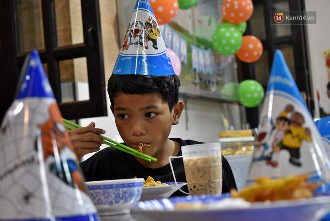 Gặp thầy giáo tiếng Anh đứng sau những bữa ăn miễn phí cho trẻ em nghèo ở Sài Gòn: Làm từ thiện cũng như làm dâu trăm họ - Ảnh 8.