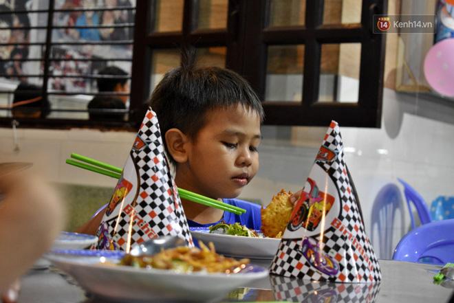 Gặp thầy giáo tiếng Anh đứng sau những bữa ăn miễn phí cho trẻ em nghèo ở Sài Gòn: Làm từ thiện cũng như làm dâu trăm họ - Ảnh 9.