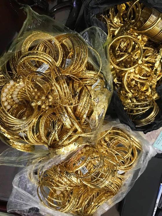 Thanh niên đu dây trộm 200 cây vàng rồi xuất hiện ở nhiều tụ điểm ăn chơi khắp cả nước - Ảnh 2.