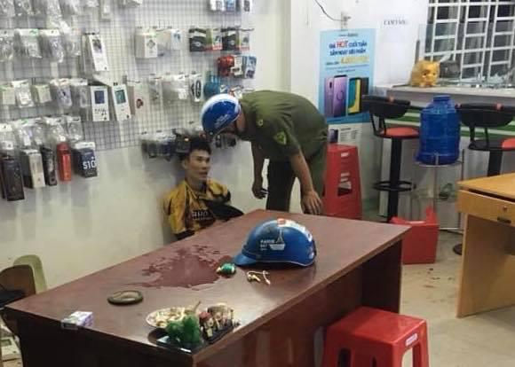 Chủ tiệm điện thoại bất ngờ bị chém nhiều nhát khi đang xem trận U22 Việt Nam - Campuchia - Ảnh 2.