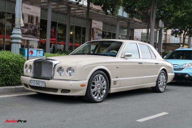 Dàn xe siêu sang trị giá gần 100 tỷ đồng tụ họp trước showroom của bạn thân ông trùm chân dài Vũ Khắc Tiệp - Ảnh 2.