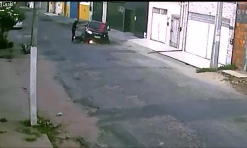 Liều mình tông ngã hai tên cướp, tài xế ô tô bị bắn chết - Ảnh 1.