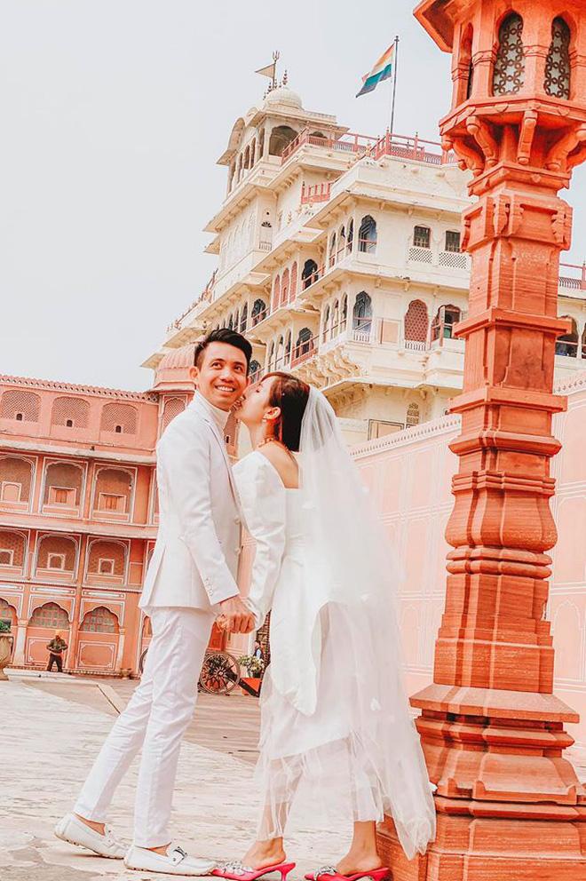 Vợ chồng đại gia Minh Nhựa lặn lội sang Ấn Độ chụp ảnh 8 năm ngày cưới nhưng lại bị đôi giày quá cỡ của Mina giật hết spotlight - Ảnh 1.