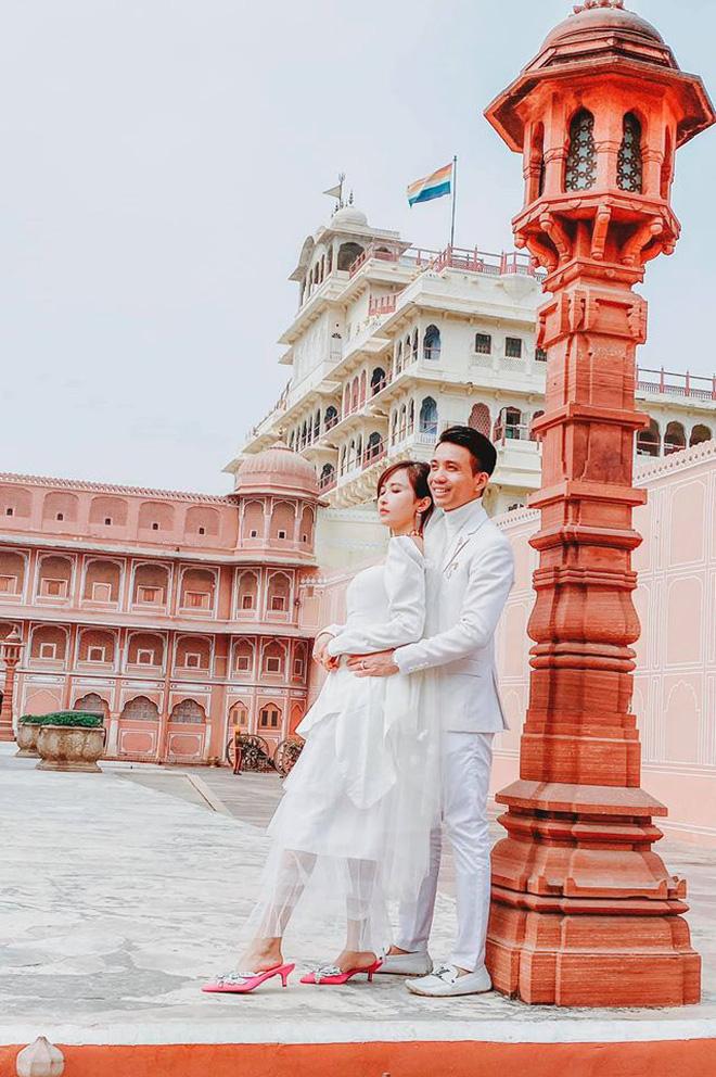 Vợ chồng đại gia Minh Nhựa lặn lội sang Ấn Độ chụp ảnh 8 năm ngày cưới nhưng lại bị đôi giày quá cỡ của Mina giật hết spotlight - Ảnh 2.