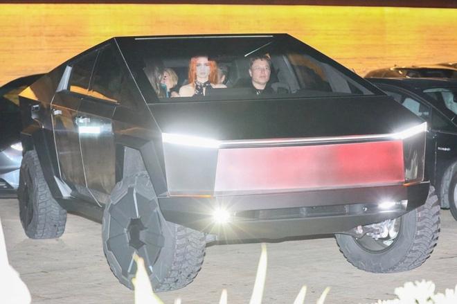 Tận dụng của nhà trồng được, Elon Musk lái Cybertruck ra ngoài ăn tối cùng bạn bè - Ảnh 2.