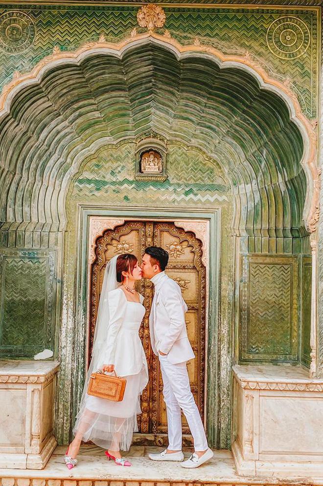 Vợ chồng đại gia Minh Nhựa lặn lội sang Ấn Độ chụp ảnh 8 năm ngày cưới nhưng lại bị đôi giày quá cỡ của Mina giật hết spotlight - Ảnh 3.
