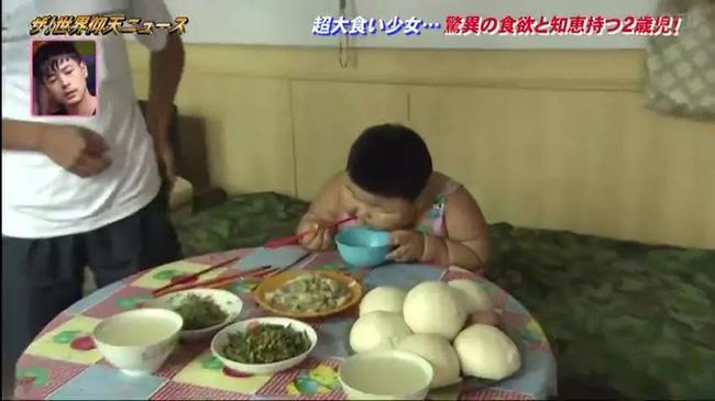 Quá đam mê ăn uống, bé gái 2 tuổi đã sở hữu cân nặng bằng người trưởng thành - Ảnh 3.
