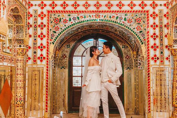Vợ chồng đại gia Minh Nhựa lặn lội sang Ấn Độ chụp ảnh 8 năm ngày cưới nhưng lại bị đôi giày quá cỡ của Mina giật hết spotlight - Ảnh 8.