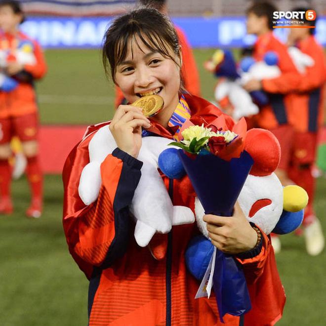 Nữ tuyển thủ Việt Nam từng ra đồng gặt lúa, hot girl sân cỏ thì làm shipper trước khi vô địch SEA Games 30 - Ảnh 8.