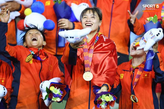 Nữ tuyển thủ Việt Nam từng ra đồng gặt lúa, hot girl sân cỏ thì làm shipper trước khi vô địch SEA Games 30 - Ảnh 9.