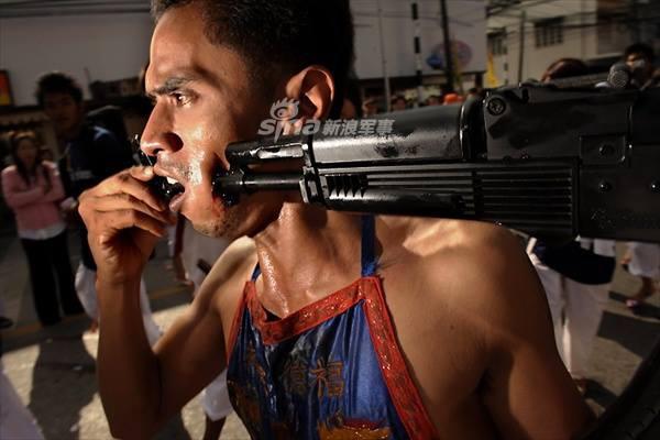 Những màn hành xác với súng kinh hoàng nhất thế giới - Ảnh 2.