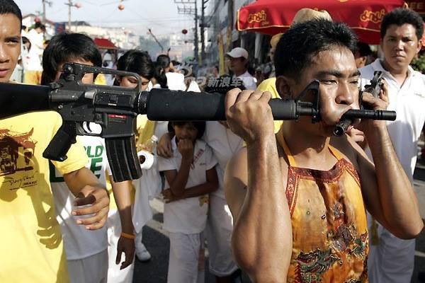 Những màn hành xác với súng kinh hoàng nhất thế giới - Ảnh 6.