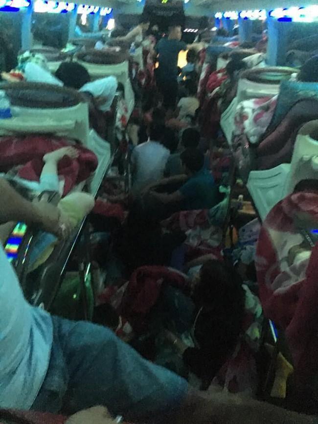 Sau Tết, nhiều xe khách nhồi nhét người quá tải trên hành trình từ quê trở lại thành phố - Ảnh 2.