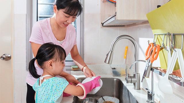 Con có lười và hay trốn việc đến mấy, các mẹ hãy cứ áp dụng ngay 3 phương pháp này là con lại chăm ngay - Ảnh 2.