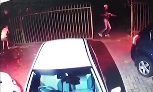 Nam Phi: Bà mẹ bế con dũng cảm ngăn 3 tên cướp có súng - Ảnh 2.