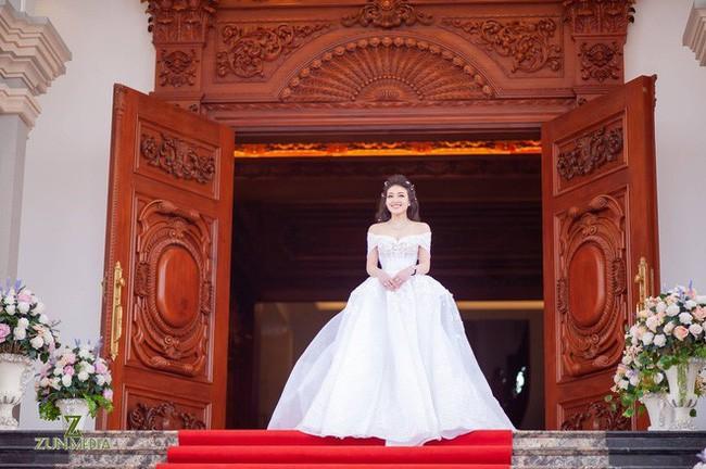 Rò rỉ hình ảnh xa hoa bên trong lâu đài 7 tầng của gia đình cô dâu xinh đẹp nổi tiếng Nam Định - Ảnh 1.