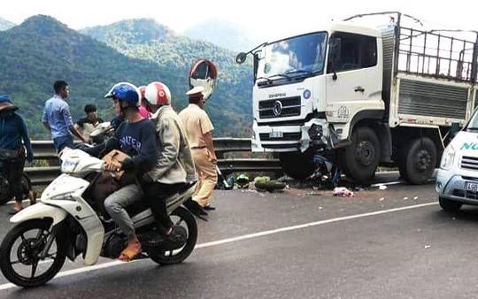 Đổ đèo Bảo Lộc, 1 phượt thủ mắc kẹt dưới bánh xe tải - Ảnh 1.