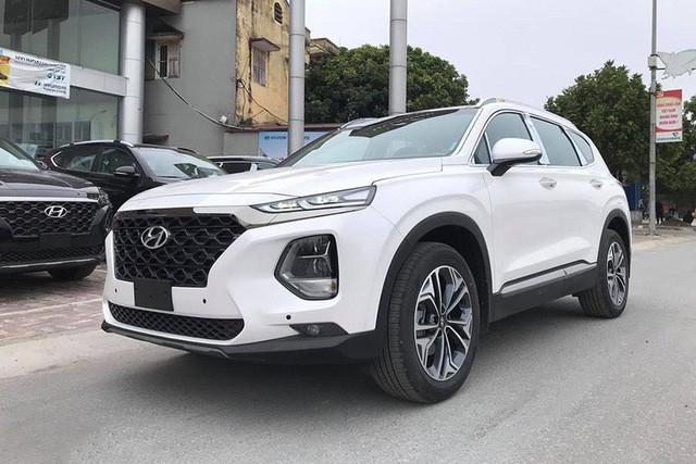 Giá kênh cả trăm triệu, Hyundai Santa Fe 2019 vẫn bán chạy, gần dọn kho trong tháng đầu mở bán - Ảnh 1.